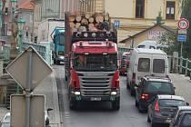 Nákladní doprava na mostě přes řeku Radbuzu v centru Horšovského Týna.