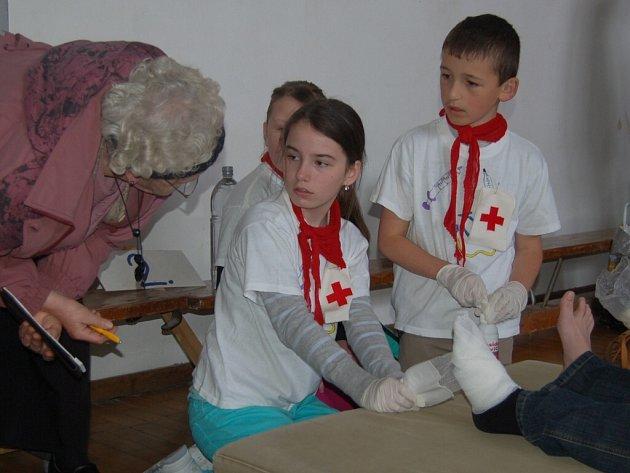 Z okresního kola soutěže hlídek mladých zdravotníků.