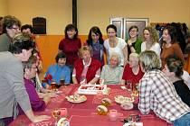Oslavenkyně se společnými silami postaraly o sfouknutí svíček na dortu, který pro ně muži přichystali u příležitosti 10. oslavy MDŽ.