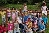 Děti v mateřské školce v domažlické ulici Msgre B. Staška navštívily kosmetičky z SOU a nalíčily je.
