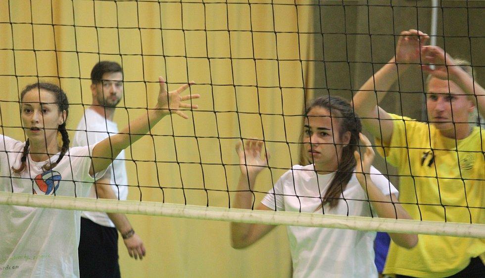 Turnaj VK Volejbal Domažlice. Utkání domácího ženského týmu s juniorkami Španielky Praha (v zeleném).