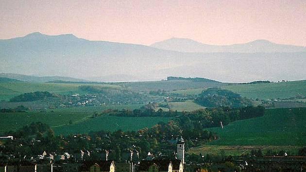Pohled z Baldova přes Domažlice na Ostrý a V. a M. Javor.