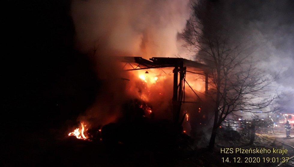 Pět jednotek včetně jedné z Německa vyjelo v pondělí večer k požáru asi 70 balíků slámy v zemědělské usedlosti ve Všerubech na Domažlicku.