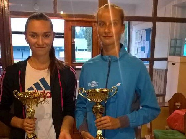 Druhá Magdaléna Dubová (vlevo) a vítězka Jana Čákorová.