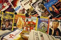 Mnohé trafiky v Praze mají vystavené porno dvd vedle ostatních dvd titulů.