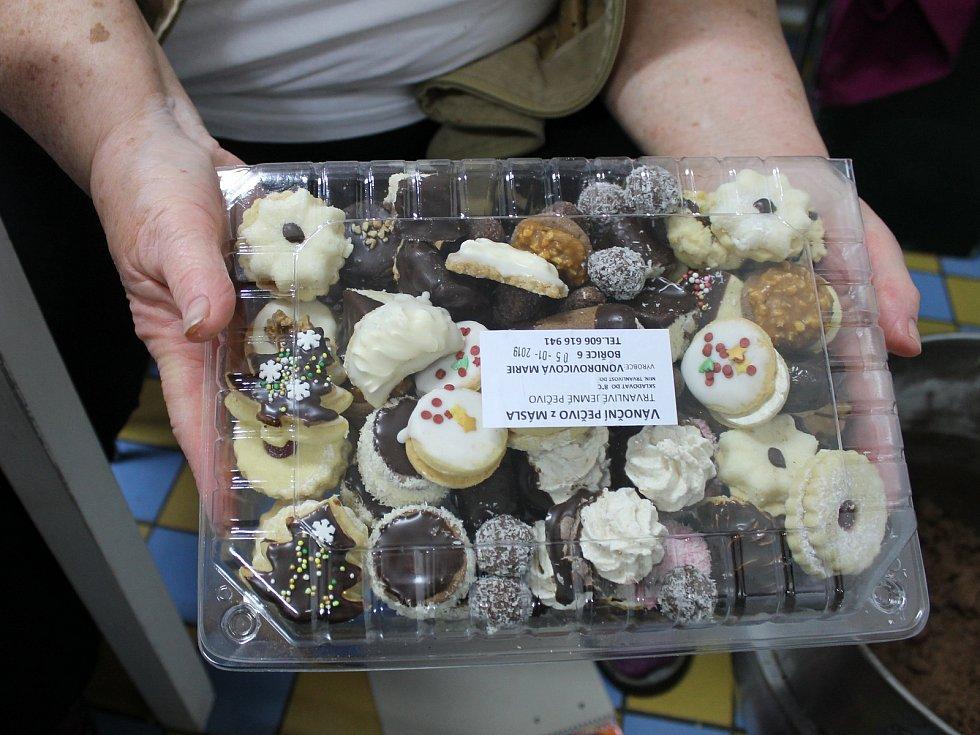 Pečení vánočního cukroví v bořické pekárně zaměstná spoustu rukou.