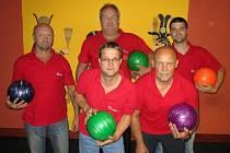 Na čtvrté příčce tabulky Kdyňské bowlingové ligy se drží Kdynium. Zleva Miroslav Pálka, Stanislav Šustek, Karel Kuželík, Zbyněk Krásnický a  Michal Suchý.