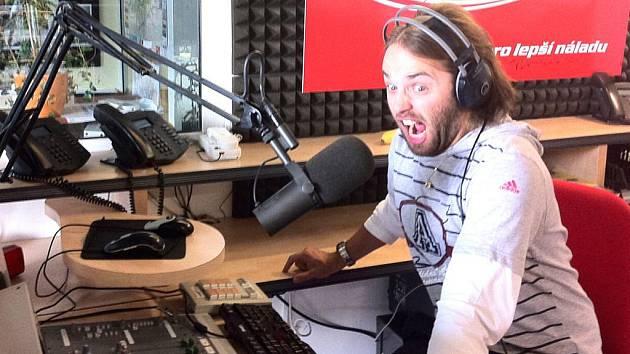Jirka Poór,moderátor Hitrádia FM plus, se za mikrofonem cítí jako ryba ve vodě. Své povolání má rád a chtěl by u něj zůstat co nejdéle.