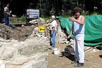 Dělníci čistí a dostavují odhalené zbytky kostela sv. Jiří v Lučině.