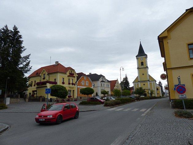 BĚLÁ NAD RADBUZOU. Centrum města se před lety výrazně změnilo, což přispělo nejen k pěknému vzhledu náměstí, jemuž vévodí kostel Panny Marie Sedmibolestné.