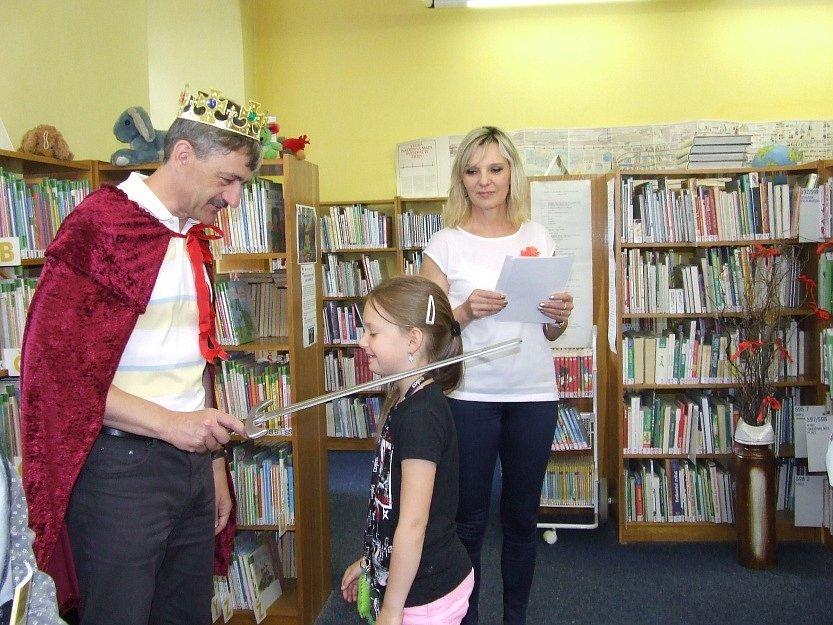 Pasování prvňáčků na čtenáře domažlické knihovny.