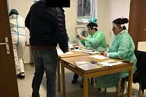 Snímky z Velikonočního pondělí, kdy do Všeruby na testy dorazily stovky zájemců.