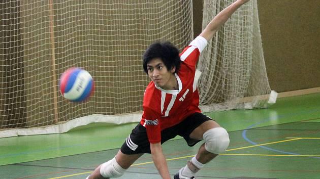 SMEČAŘ JISKRY Michal Pham se rozcvičuje v pauze zápasu s Unionem.