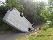 Dvacetiletá řidička převrátila dodávku na střechu.