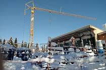 Zasněžená stavba rekonstruovaného domažlického plaveckého bazénu pod sněhovou nadílkou.
