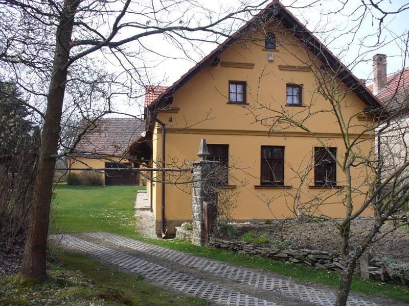 Pohledný vesnický dům v Ostrovcích.