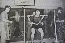 Dobová popiska: Josef Hula, silový trojbojař ze Sokola Domažlice, skončil na Mistrovství České republiky v Trutnově na stříbrné příčce ve váhové kategorii do 82,5 kg. Na snímku při osobním rekordu ve dřepu, kterého dosáhl výkonem 232,5 kg.