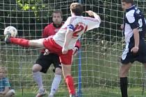 GÓLOVKA. Jediný gól utkání dal dvě minuty před koncem Tomáš Tlustý (na snímku s míčem).