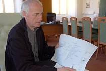 Starosta Jan Löffelmann nad plánem  supermarketu. S novým obchodem  vyroste i rozlehlé parkoviště.