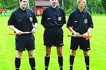 Fotbalový rozhodčí Martin Plzák (uprostřed).