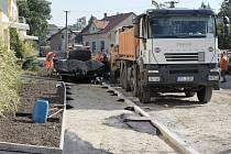 Budování chodníku v Pivovarské ulici v Horšovském Týně.