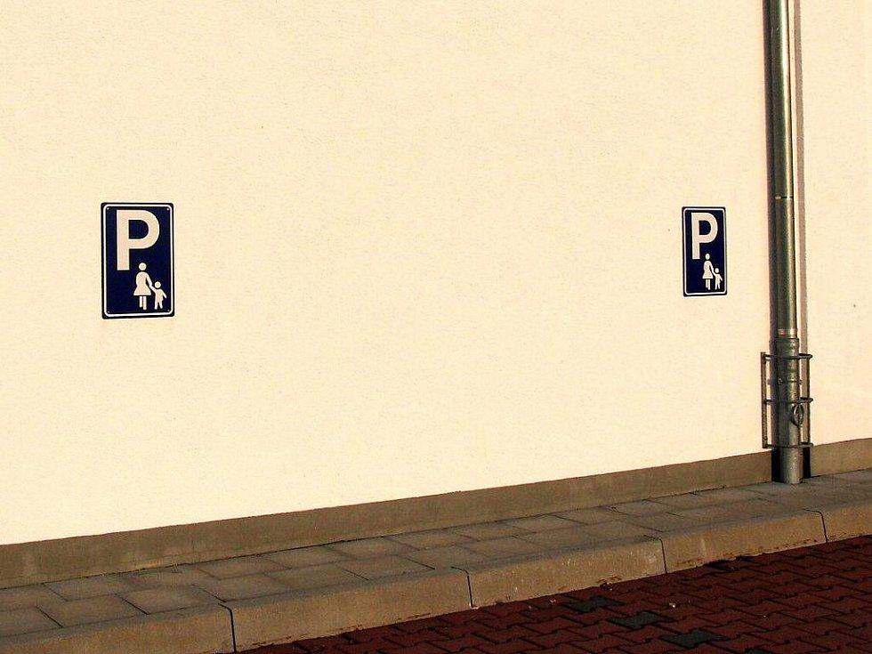Není Penny jako Penny.  Furth -  parkovací místa pro matky (rodiče) s dětmi.