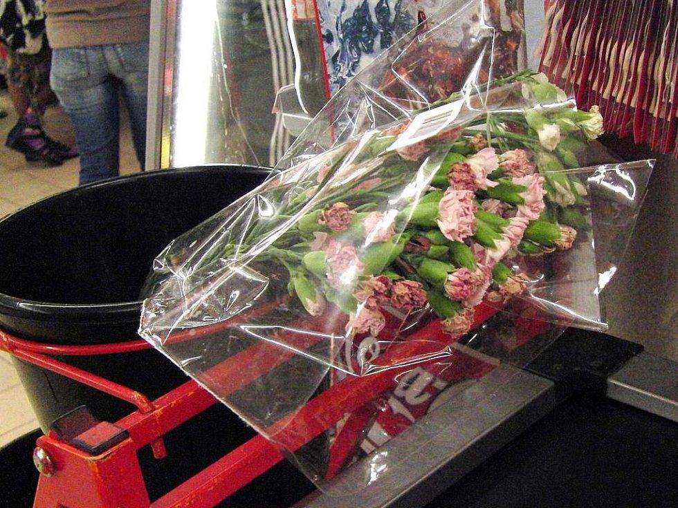 Není Penny jako Penny. U kasy v domažlickém Penny bych si tyto uschlé a rezavé květy za téměř 60 Kč rozhodně nekoupila.