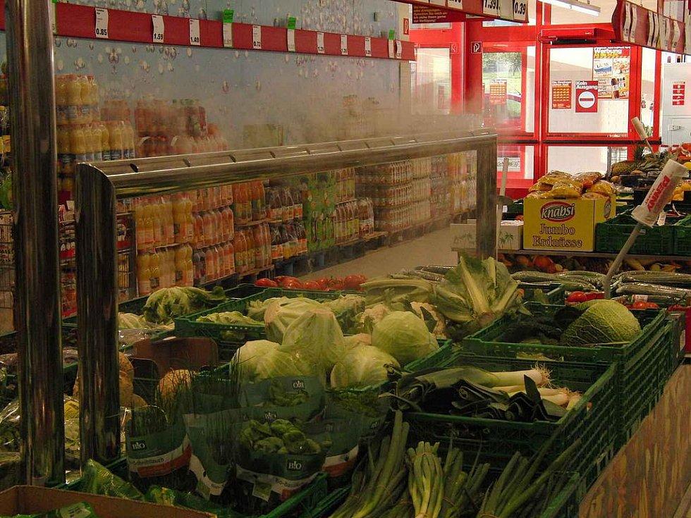 Není Penny jako Penny. Furth im Wald: Zeleninu je tam radost nakupovat, neboť je už na první pohled kvalitnější. O vhodné prostředí se jí stará mimo jiné i zařízení produkující chladnou vodní páru..