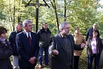 V popředí zleva tlumočnice Hana Radová, starosta Pocinovic Václav Svoboda a starosta Schwarzachu Alois Böhm.