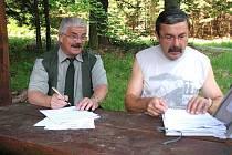 Protokol vystavený Jiřím Beranem (vpravo) podepisuje v jednom z nových turistických odpočívadel František Bubrle.