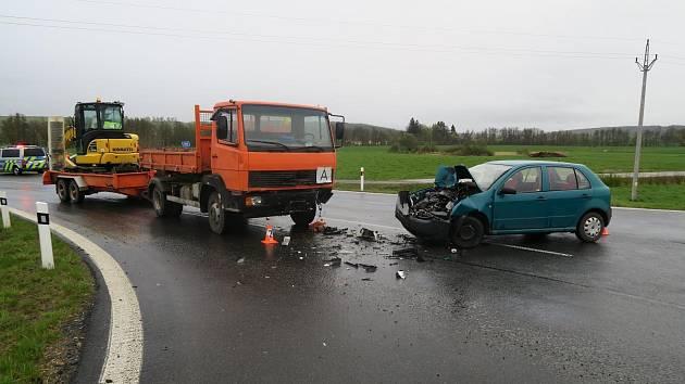 Devatenáctiletá šoférka havarovala u Staňkova. Naštěstí se pouze lehce zranila.