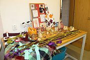 Jarní dekorace tvořili klienti dílny i návštěvníci.