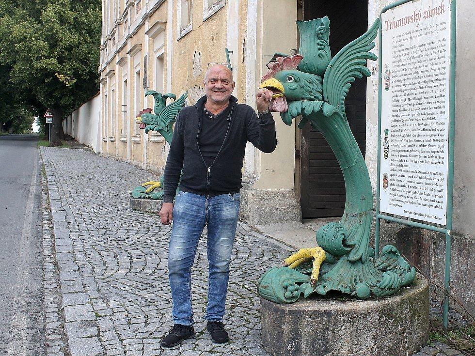 Zámek v Trhanově pocházející z druhé poloviny 17. století vlastní obec. Ta opakovaně žádá o dotace, aby ho mohla kulturní památku kompletně opravit. Na snímku je starosta Trhanova Václav Dufek.