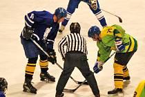 ROZEHRÁVKA. Na snímku hokejista Kanic při rozehrávce v zápase proti hokejovým Dílům.