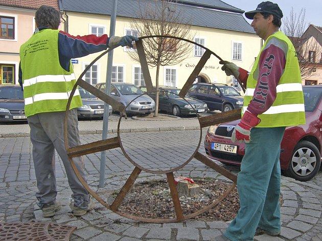 Dělníci připravují odstranění pařezu.