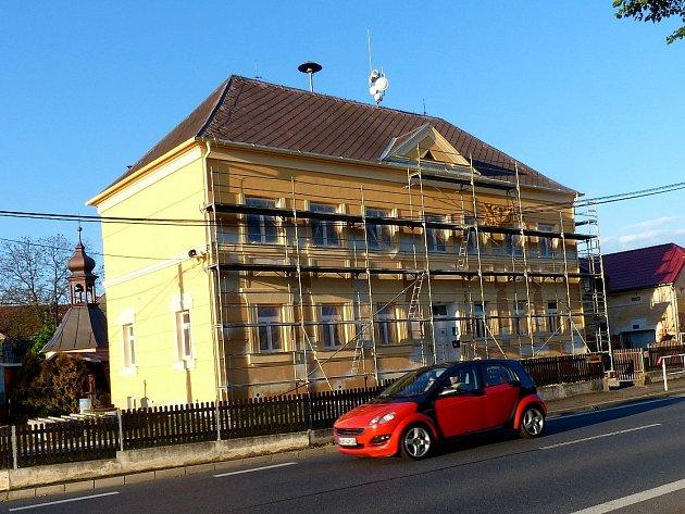 Obecní budova v Draženově mění vzhled.