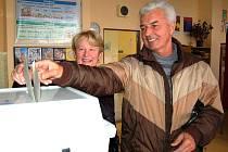 Z MINULÝCH VOLEB. Manželé Kauckých z Domažlic nebudou mít tak snadnou volbu, jako mají obyvatelé malých obcí, kde jde každý kandidát do voleb sám za sebe.