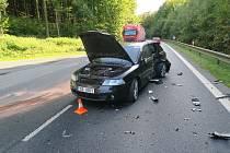 Nehoda se stala ve středu odpoledne nedaleko Folmavy. Řidič škodovky narazil do seatu. Zdravotníci na místě ošetřili dva zraněné.
