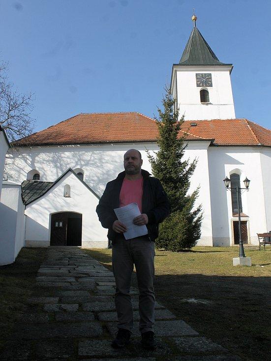 Starosta Všerub Václav Bernard u kostela sv. archanděla Michaela.