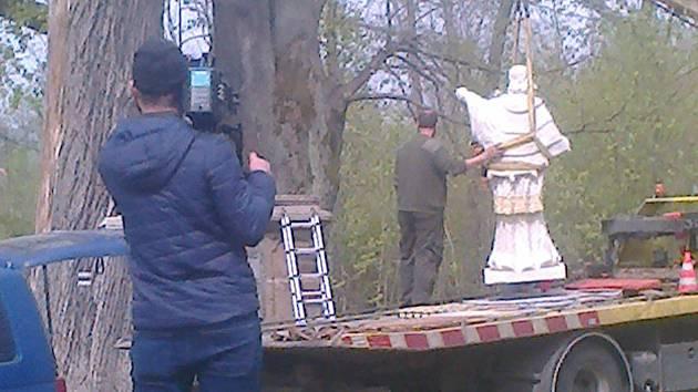 Instalace sochy svatého Jana Nepomuckého v Lučině.