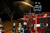 Z velitelského dne. Dobrovolní hasiči si zkusili dodávku vody k případnému požáru.