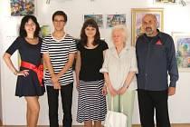 V rámci vernisáže proběhl kulturní program v režii Jiřího Hlobila a mladých umělců. Vystavující Dana Hlobilová je na snímku druhá zprava.