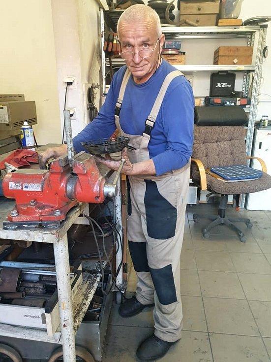 František při práci s kovem v dílnách.