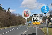 Hraniční přechod Lísková - Höll v pátek odpoledne. Nikde žádné známky toho, že se o půlnoci zavřel.