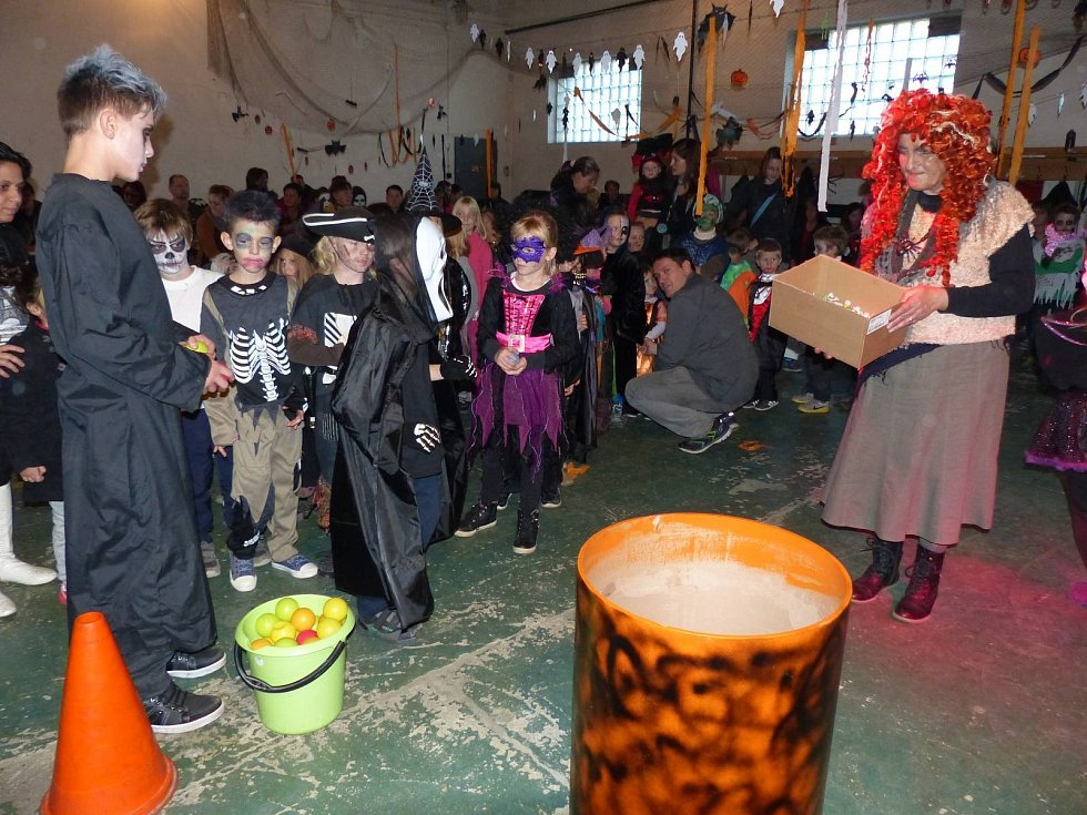 Halloweenská party ve zbrojnici.
