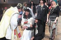 Pavel Votruba (nevěsta) a Rosťa Žák (ženich) poklekli před zraky stovek návštěvníků před ´knězem´ aby stvrdil jejich svazek a za doprovodu ´romské´ kapely celý sál dokonale pobavili.