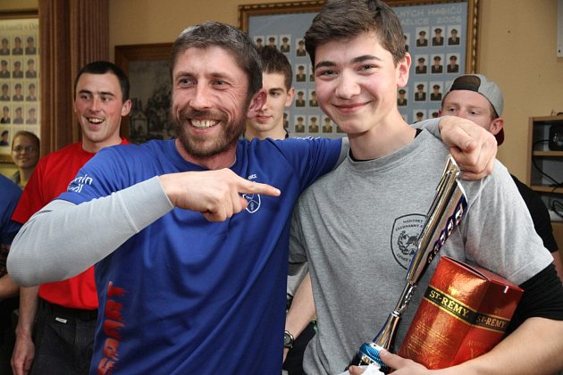 Dosavadní rekordman Antonín Rendl (vlevo) se svým mladým přemožitelem Romanem Kohoutem.