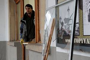Rozbité sklo před prodejnou O2 na domažlickém náměstí míru ještě celé dopoledne připomínalo noční loupež,