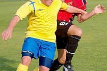 BENEŠOV PROHRÁL S JISKROU DOMAŽLICE. Na snímku benešovský Petr Šmejkal a domažlický Petr Mužík v souboji o míč.