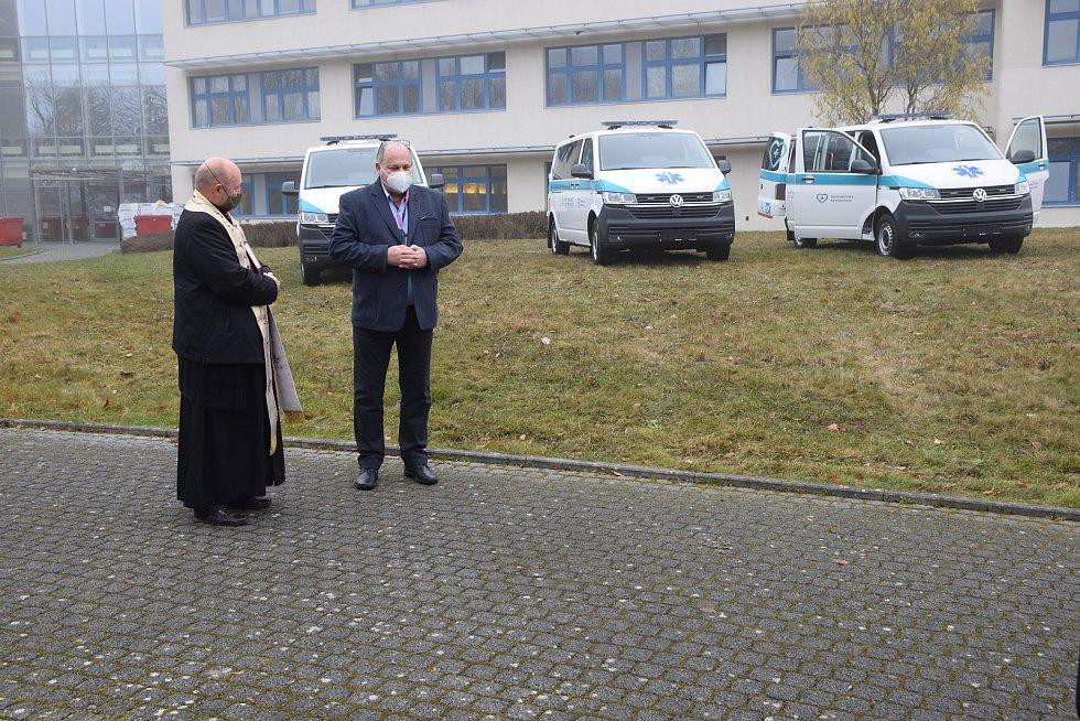 Nové sanitky domažlické nemocnice dostaly požehnání